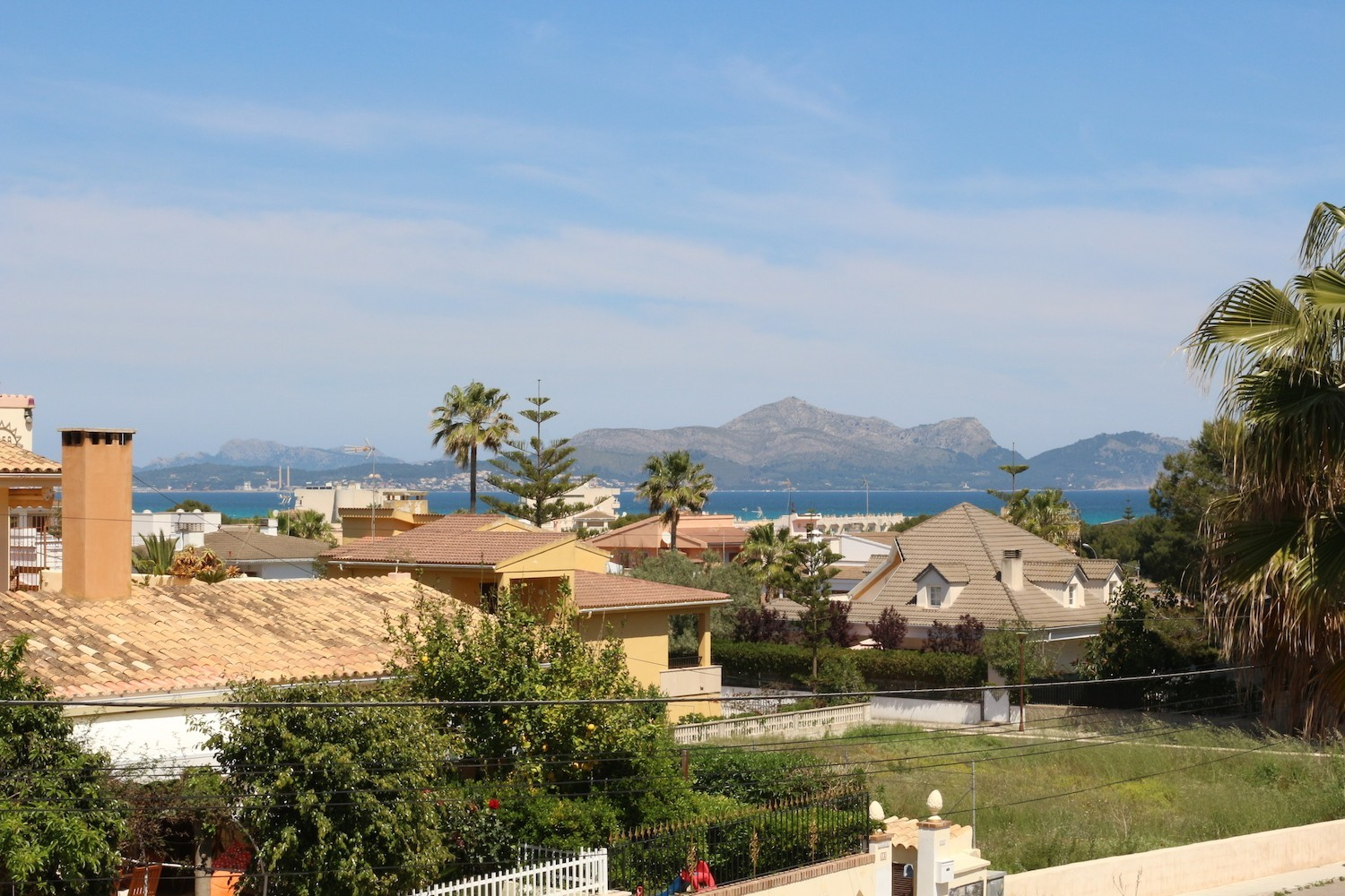 3 double bedrooms, 2 bathrooms, terraces, barbecue and free Wifi internet, in only 600m on the beach