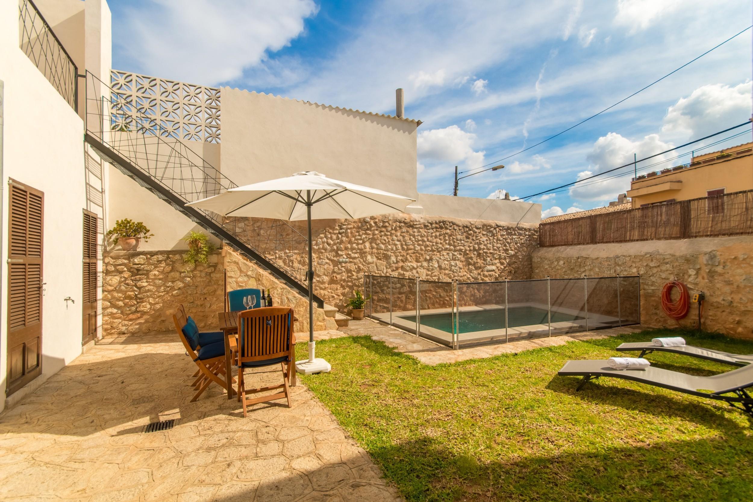 3 DBR, 2 BR, 1 shower bathroom outside, AC, free wifi, fenced pool, barbecue and sun terrace.