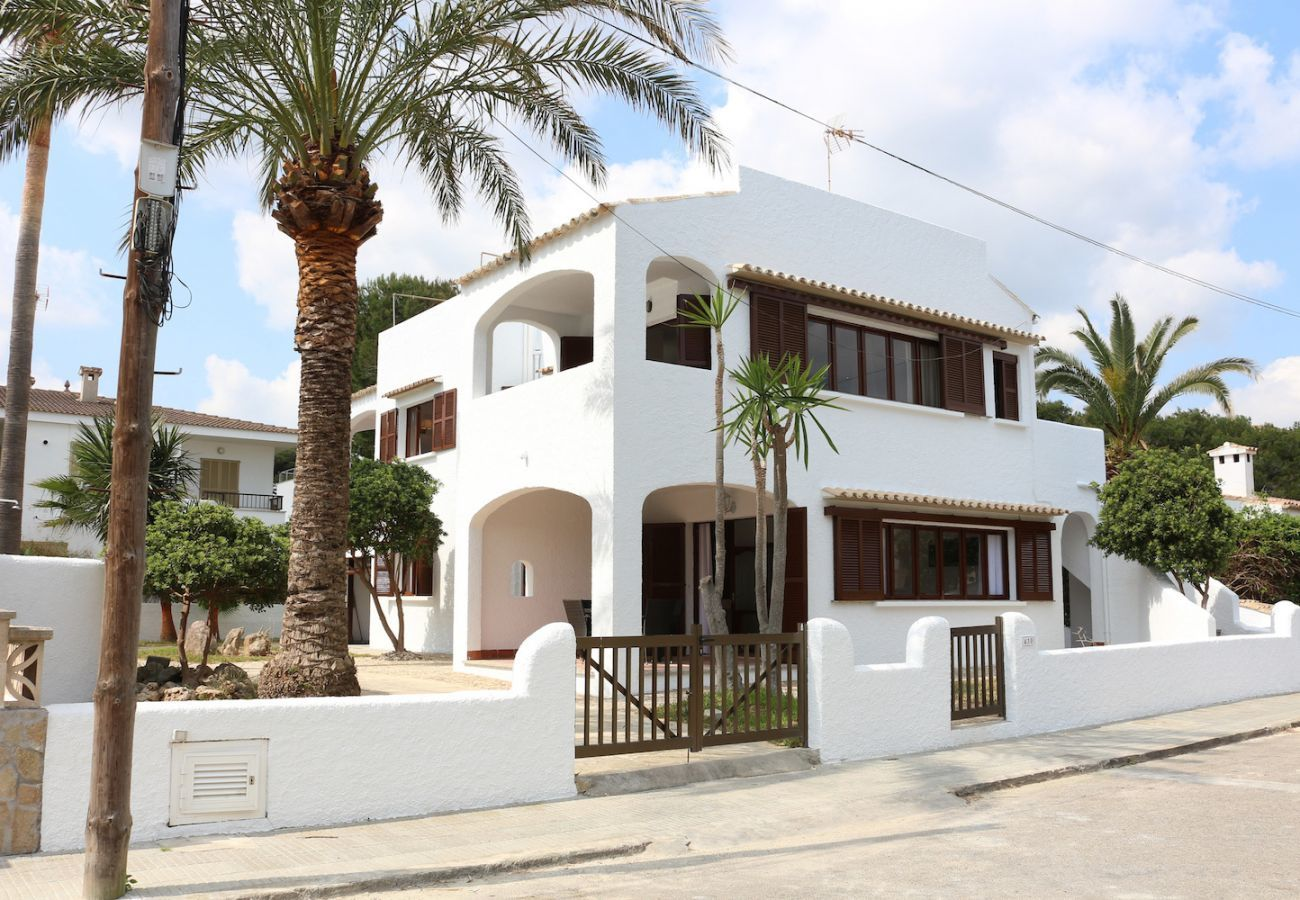 2 double bedrooms, 1 bathroom, fully equipped kitchen, air conditioning, free wifi internet, only 25m to the beach.