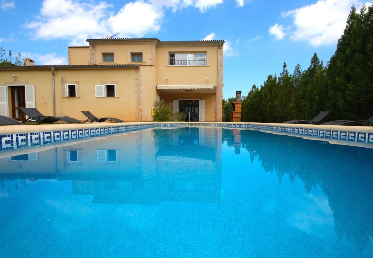 Villa with views to the mountain, garden and pool for 8 people in Sa Pobla, Mallorca. 4 bedrooms, perfect for families.