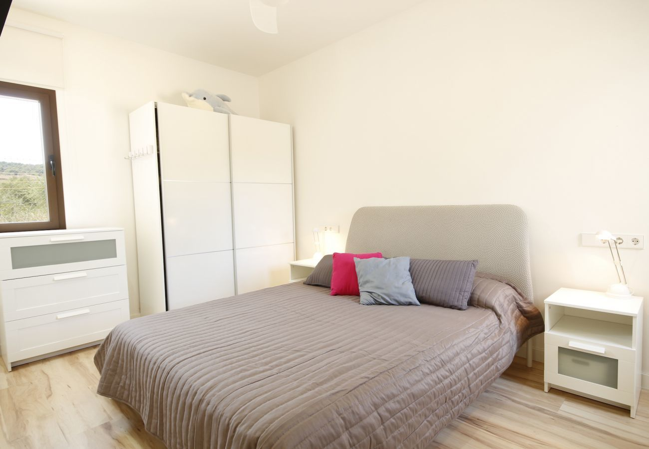 3 double bedroom, 3 bathroom, AC, fireplace, private pool, garden, free internet.