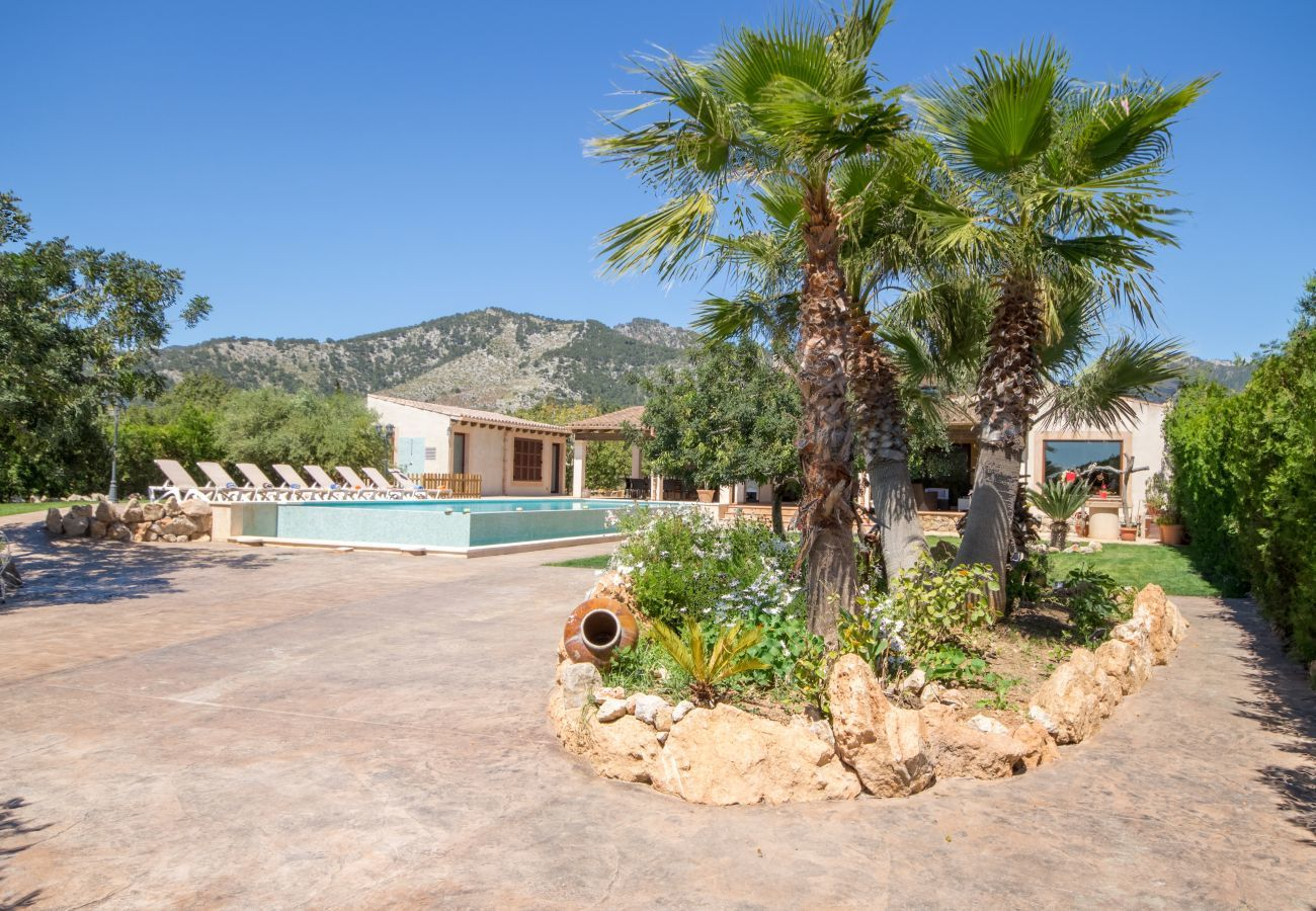 5 double bedrooms, 4 bathrooms, private pool, garden with table tennis, BBQ and a relax factor.