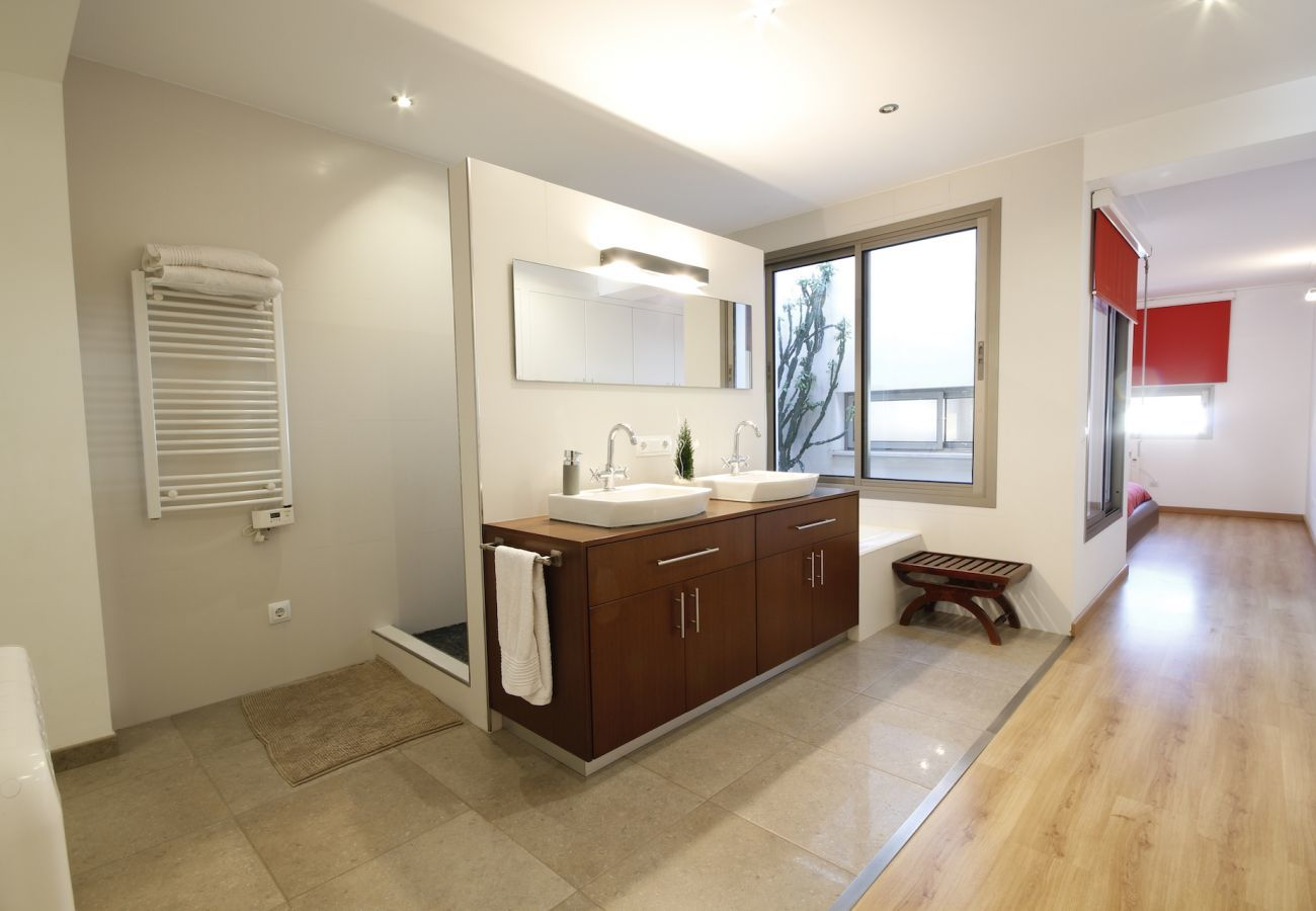 3 DBR, 1 children's room, 3 bathrooms, WIFI,  garden with BBQ and roof terrace.