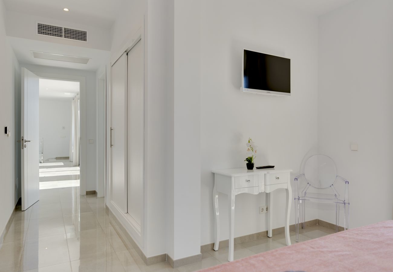 7 DB, 7 bathrooms en suite, AC, wifi, bicycles, garden, swimming pool, barbecue, Football field and volleyball court,.