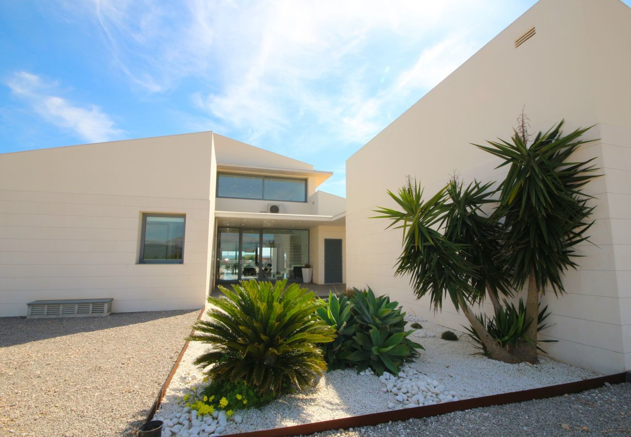 4 Double Bedroom, 3 bathrooms, large fenced pool, garden, Wifi Internet, AC throughout the house and DOMOTIK-System