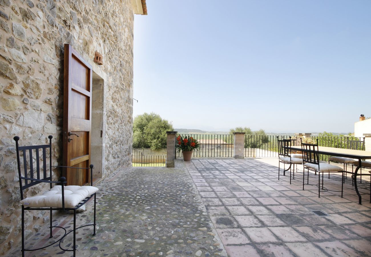 House with pool for 10 people. 5 bedrooms, 3 bathrooms, AC, wifi, garden with pool 21km from Palma.