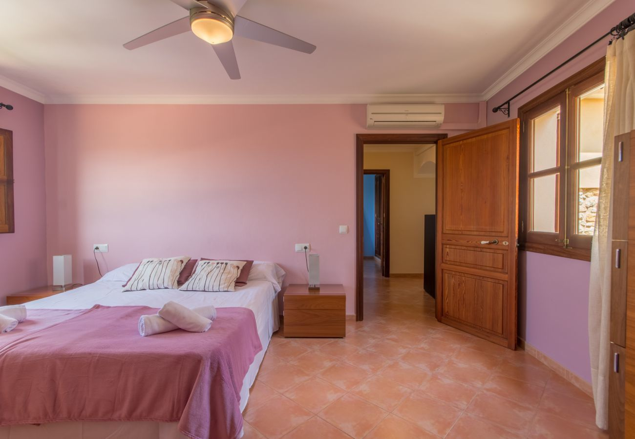 4 double rooms, 1 guest room, 3 bathrooms, AC, WIFI, garden, pool, mountain views is ideal families