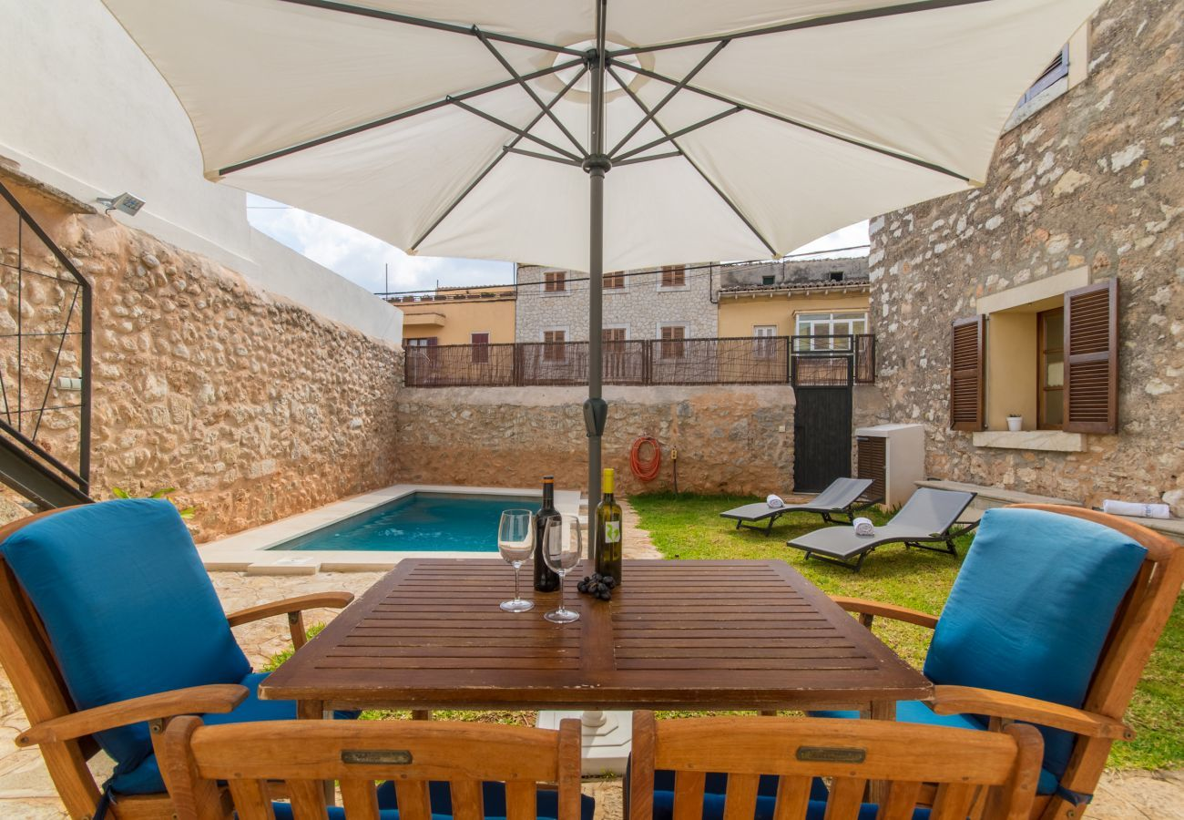 3 DBR, 2 BR, 1 shower bathroom outside, AC, free wifi, fenced pool, barbecue and sun terrace.