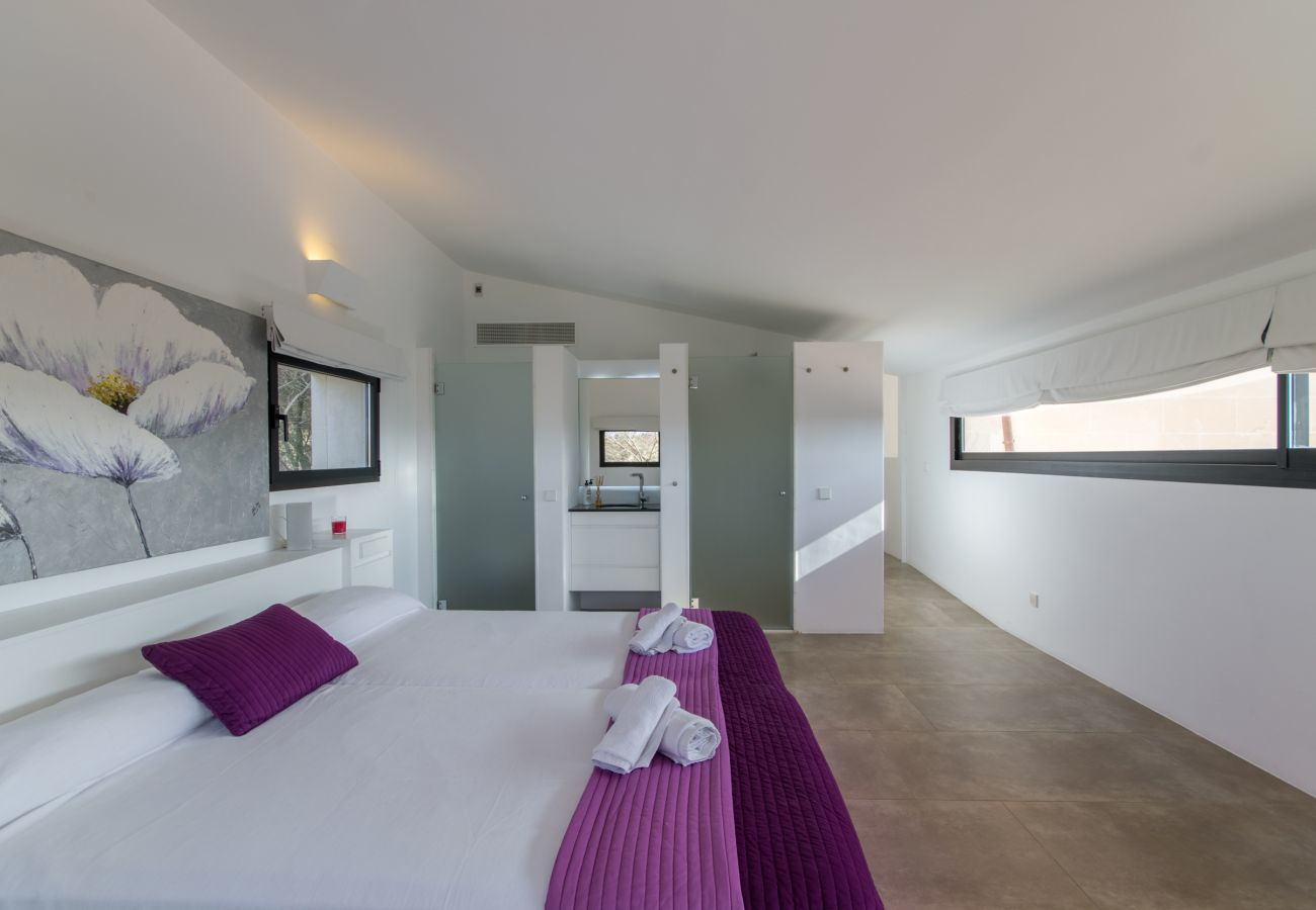 4 DBR, 4 BR en suite, air conditioning, free WIFI internet, pool with jacuzzi, quiet location between Muro and Can Picafort