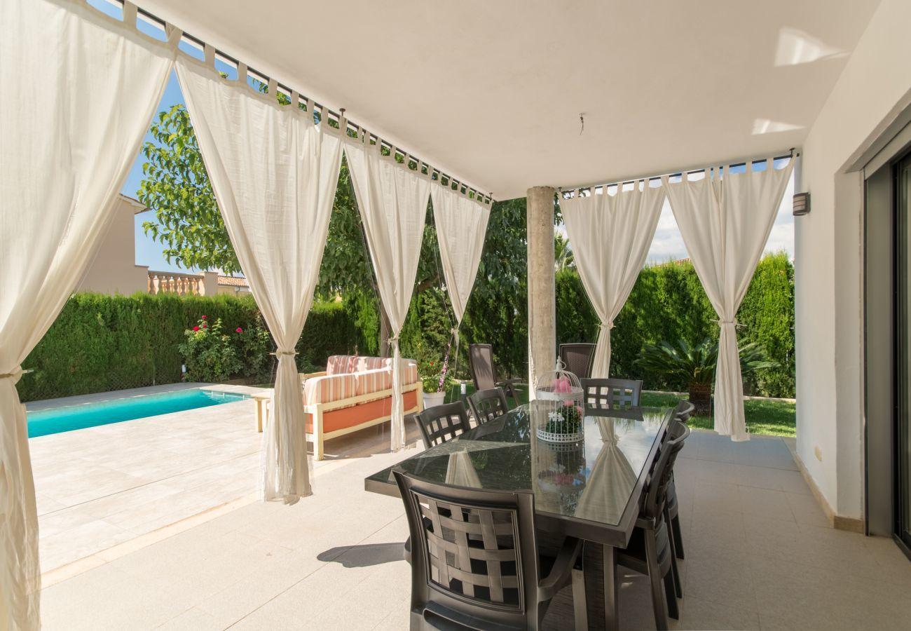 3 habitaciones dobles, 1 estudio con cama nido, 3 baños, AC, Wifi gratis, jardín con piscina, terraza y barbacoa.