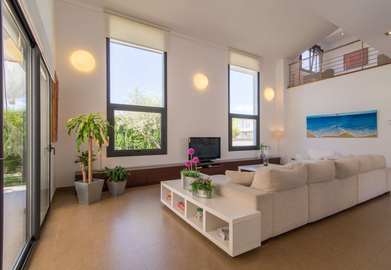 3 DBR, 1 studio with single bed, 3 BR, air conditioning, free Wifi Internet, garden with pool and barbecue terrace.