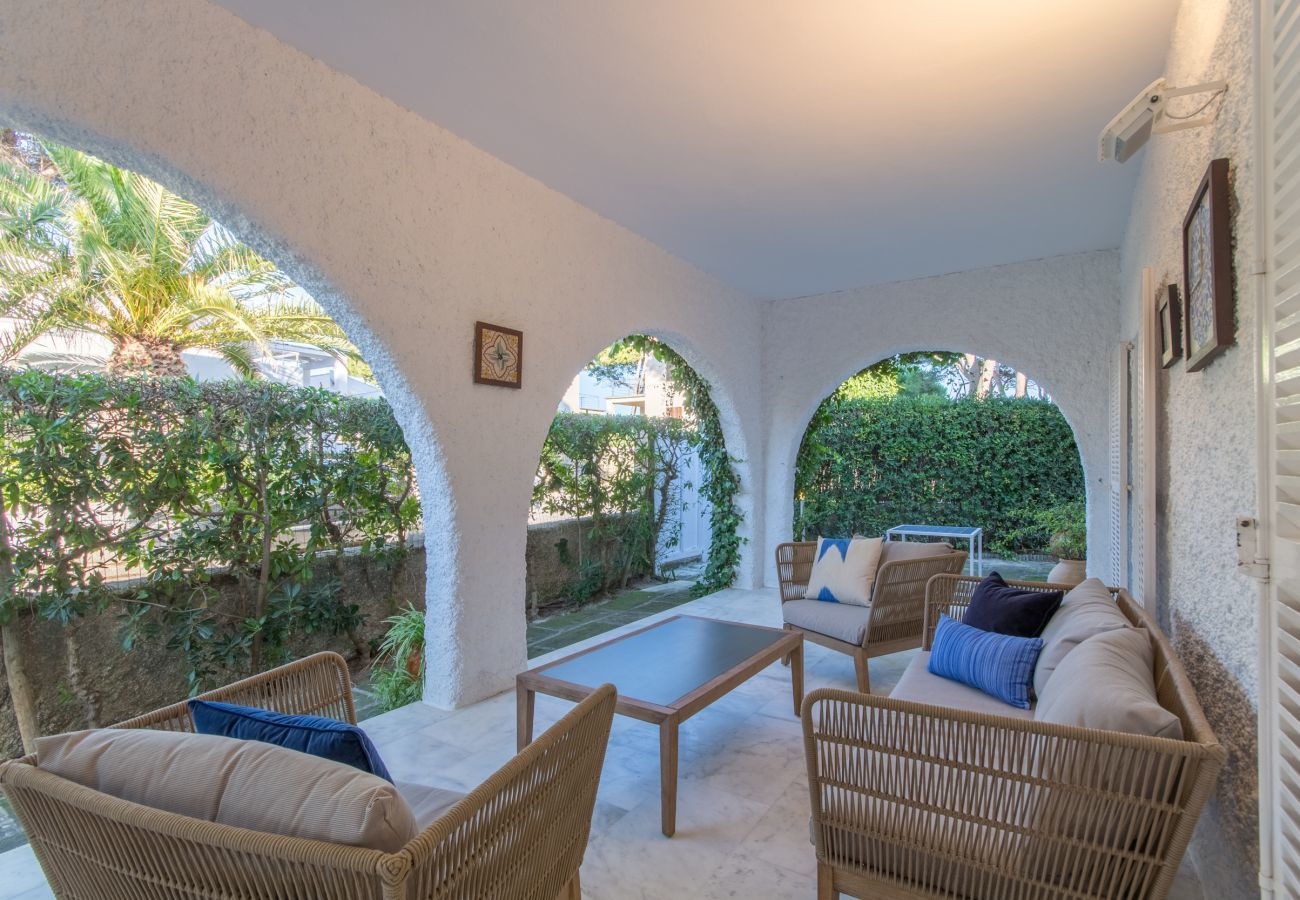 4 DBR, 3 BR, outdoor bathrooms, air conditioning, free wifi internet, beautiful garden with barbecue and lots of terrace area