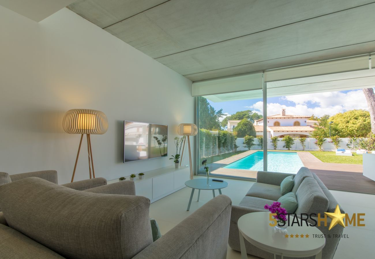 4 double bedrooms, 3 bathrooms, garden with pool, barbecue, free WIFI, air conditioning and central heating.