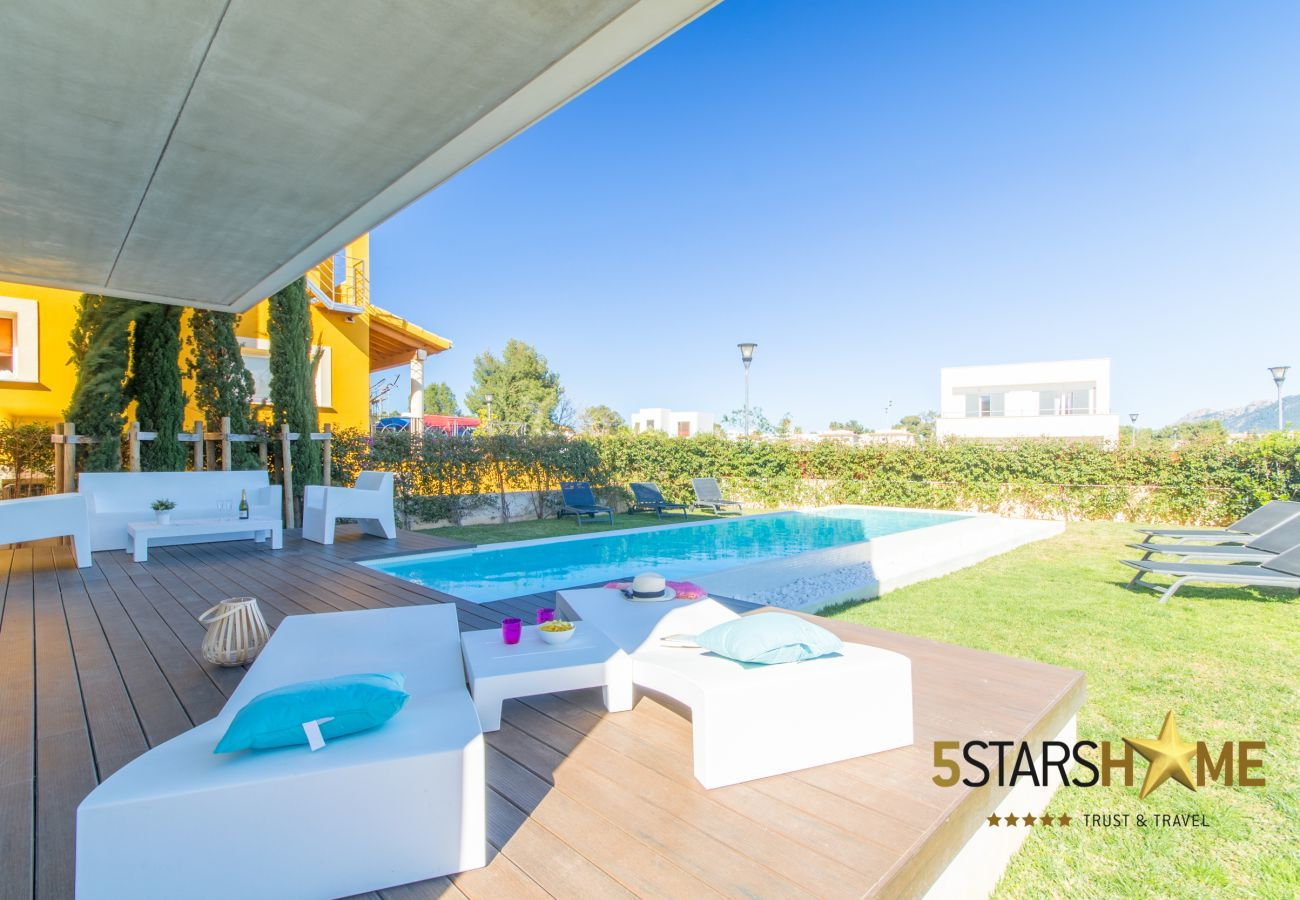 5 double bedrooms, 4 bathrooms, garden, pool, terrace, barbecue, internet access (wifi), central heating, AC, satellite TV