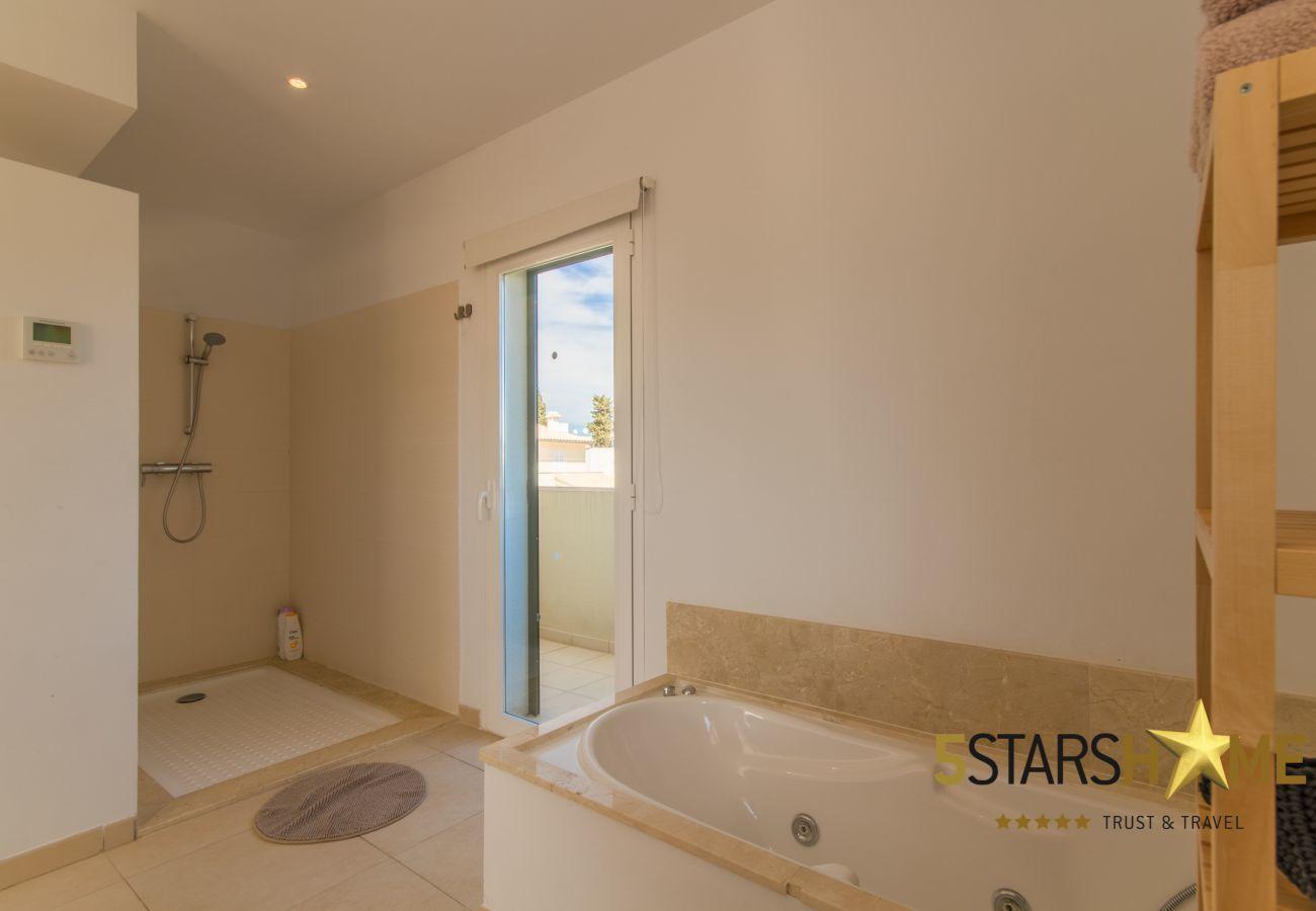 4 double bedrooms, 4 bathrooms, garden, pool, BBQ, safe, WIFI, heating, open air parking, satellite TV.