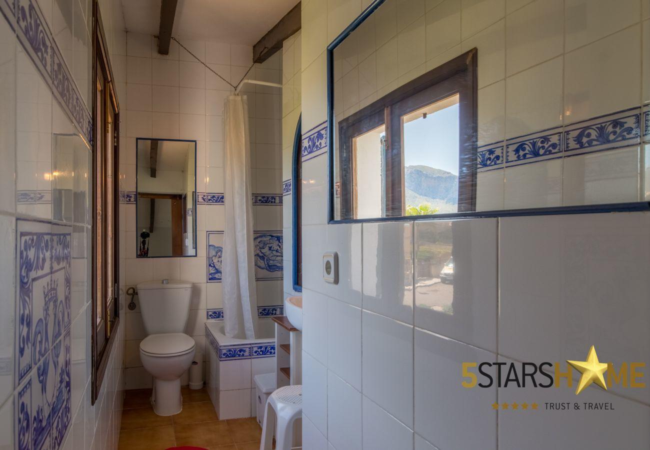 3 DBR, 2 bathrooms, AC ( cold/warm), satellite tv, free wifi internet, terraces and garden, unforgettable sea views