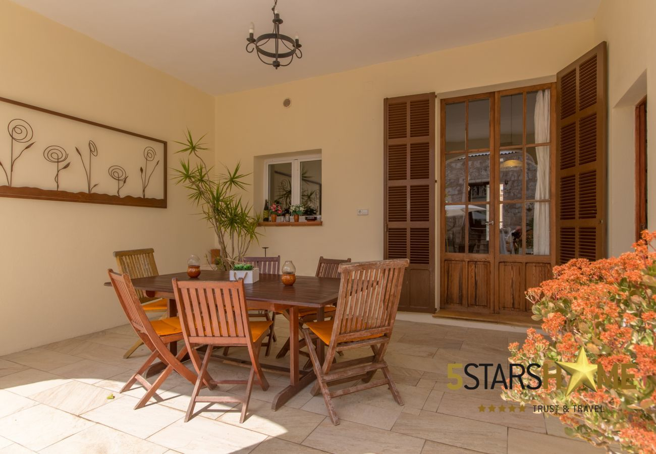 4 double bedrooms, 2 additional sleeping places, 3 bathrooms (2 ensuite), AC, Wifi, Pool, patio with BBQ and chill-out