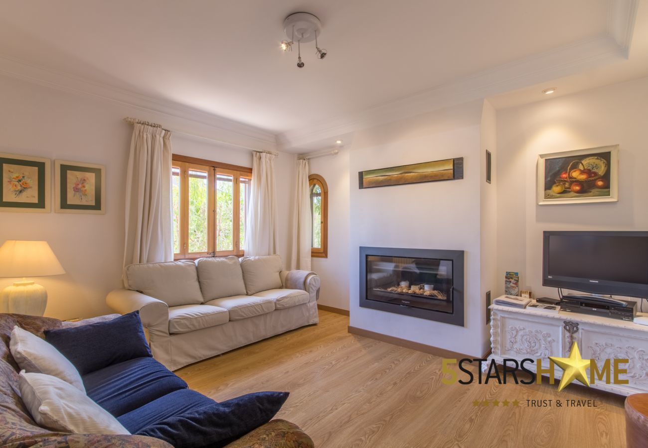 4 double bedrooms, 3 bathrooms, free Wifi, air conditioning, large pool and large garden area.