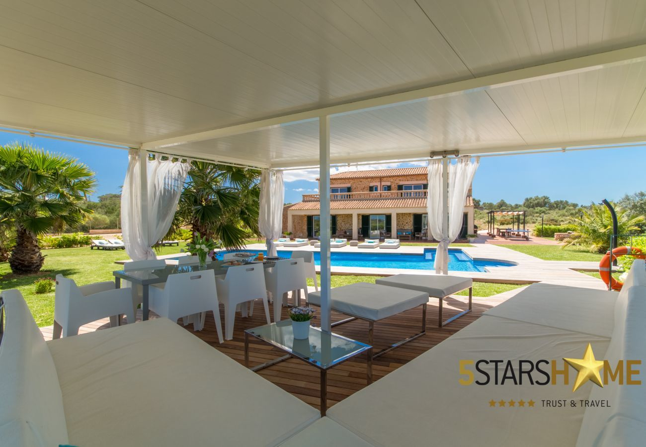 6 DBR, 6 bathrooms en suite, 1 extra bathroom, AC, free Wifi, music system, garden, pool, BBQ and relaxation areas.