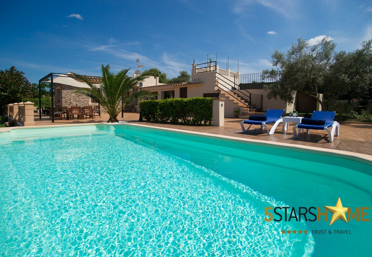 4 dcouble bedrooms, 2 bathrooms, garden, pool, barbecue, internet access (wifi), air conditioning, satellite TV.