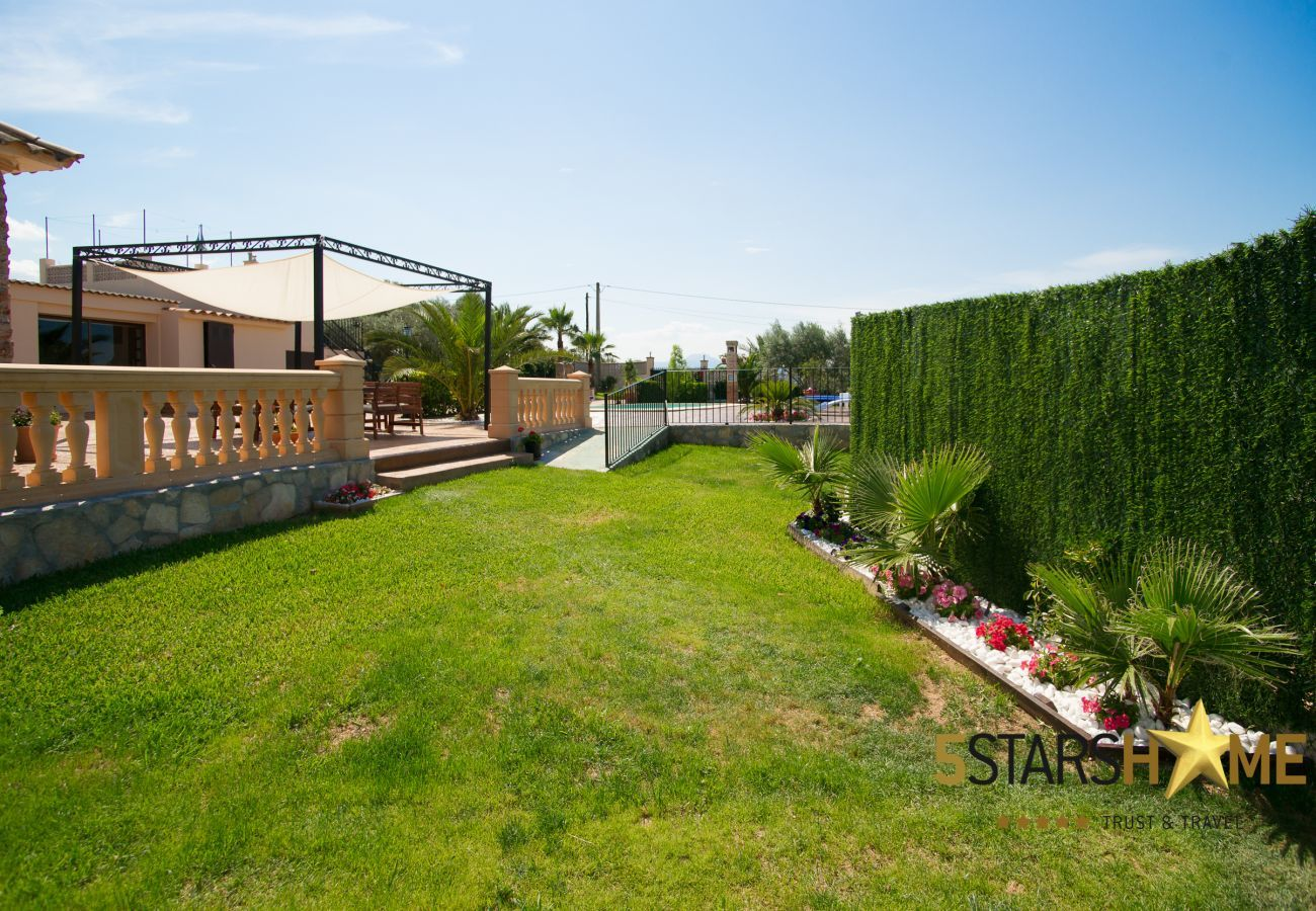 4 double bedrooms, 2 bathrooms, garden, pool, barbecue, internet access (wifi), air conditioning, satellite TV.
